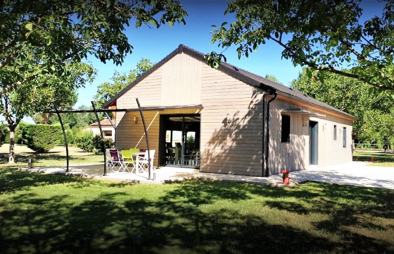 SEHOIR DES MILANDES- BEAUTIFUL TABACCO BARN+PRIVATE GARDEN+SHARED POOL+AC+BIKES, vacation rental in Saint-Vincent-de-Cosse