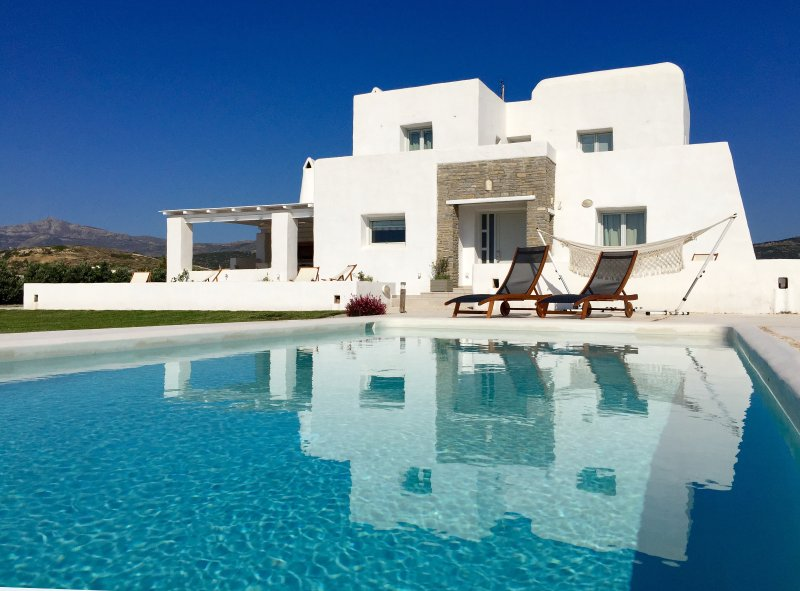 Villa Aria with private pool, close to the beach and Naoussa, Ferienwohnung in Lefkes