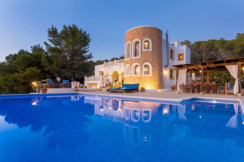 Villa Senore, near Ibiza Town. Perfect for large groups., location de vacances à San Rafael