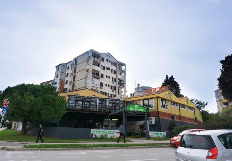 """supermercado y restaurante """"Stari Grad 2"""" (200 metros)"""
