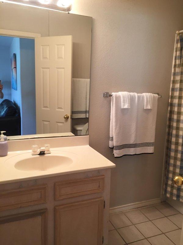 Deuxième salle de bains avec baignoire