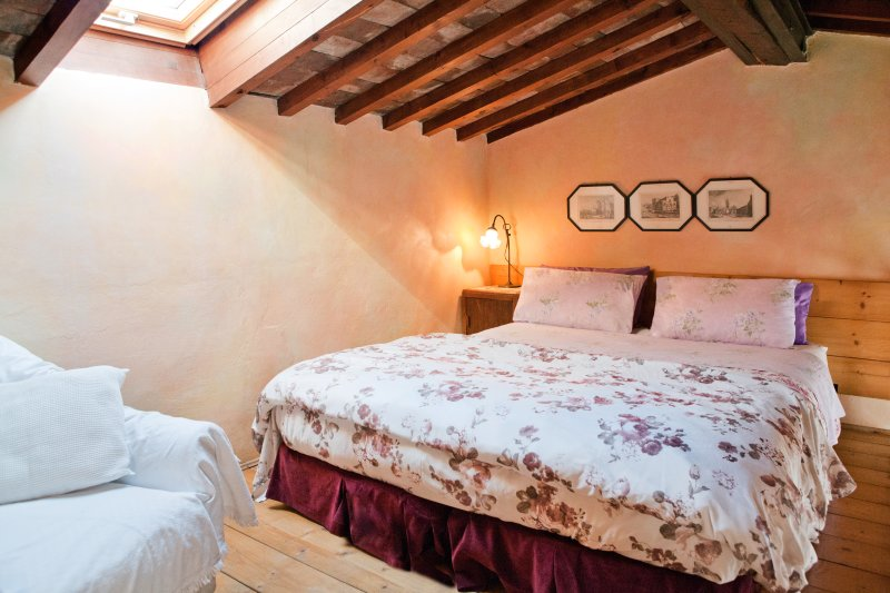 Michele - Quiet penthouse with sleeping loft, vacation rental in Florence