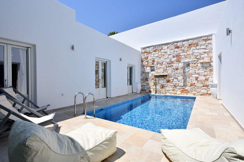 Villa Comfort with private pool, walking distance from the center of Naoussa, aluguéis de temporada em Naoussa