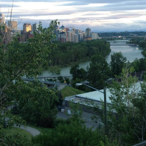 STAY near UNIVERSITY , DOWNTOWN, LAKES and BANFF, holiday rental in Airdrie