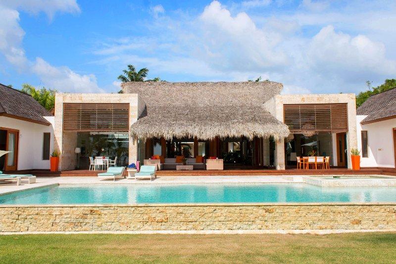 Villa Avantgarde is a sleek and stylish home for your Casa de Campo vacation, location de vacances à La Romana