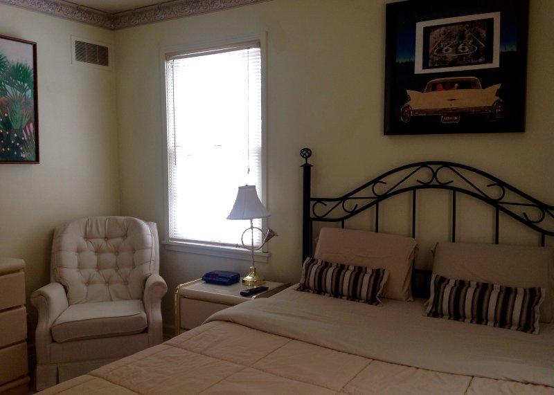 Vue du lit queen size dans la deuxième chambre.