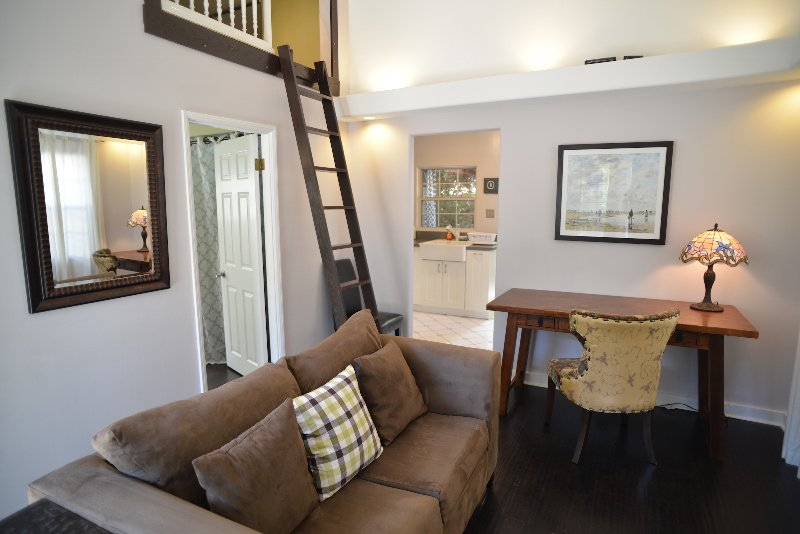 BUNGALOW BLISS - CONVENIENT, CHARMING, AND COZY - 30 Day Minimum, vacation rental in Altadena