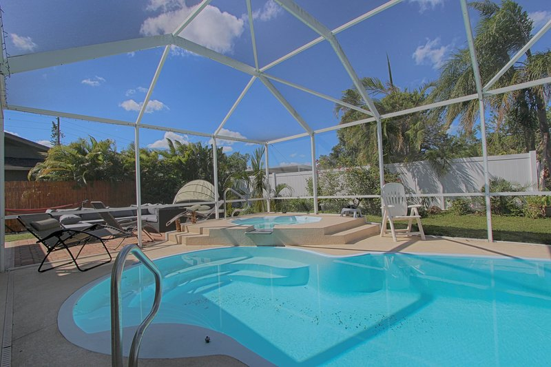 Sweet Escape Cottage - Private Pool!, holiday rental in Belleair Bluffs