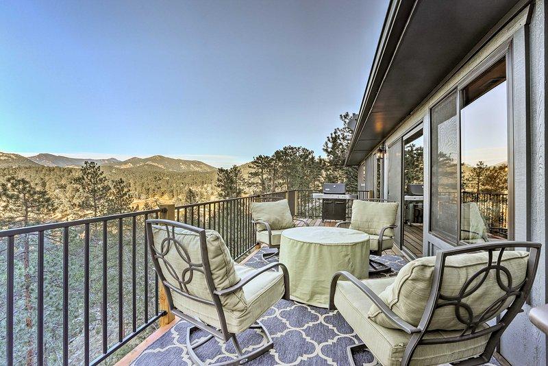 Eleve o seu refúgio nas Montanhas Rochosas nesta casa de férias Evergreen.