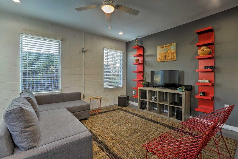 Scoprire la città ricca di storia di San Antonio quando il vostro soggiorno in questa casa vacanze condominio!