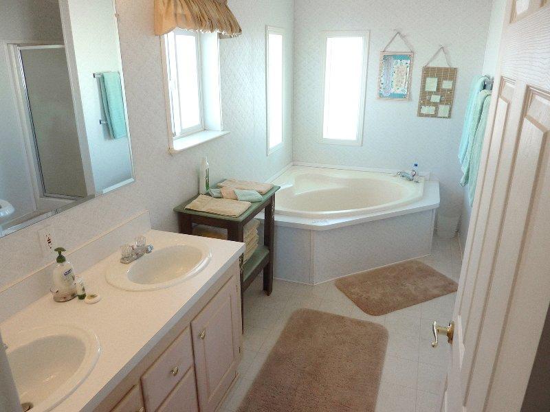 Bagno principale dispone di vasca da giardino, doccia separata