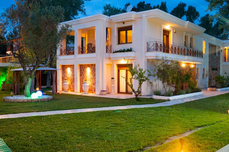 Premium 2 Bedroom Villa | Beach Front [W Villas Halkidiki], location de vacances à Kassandra