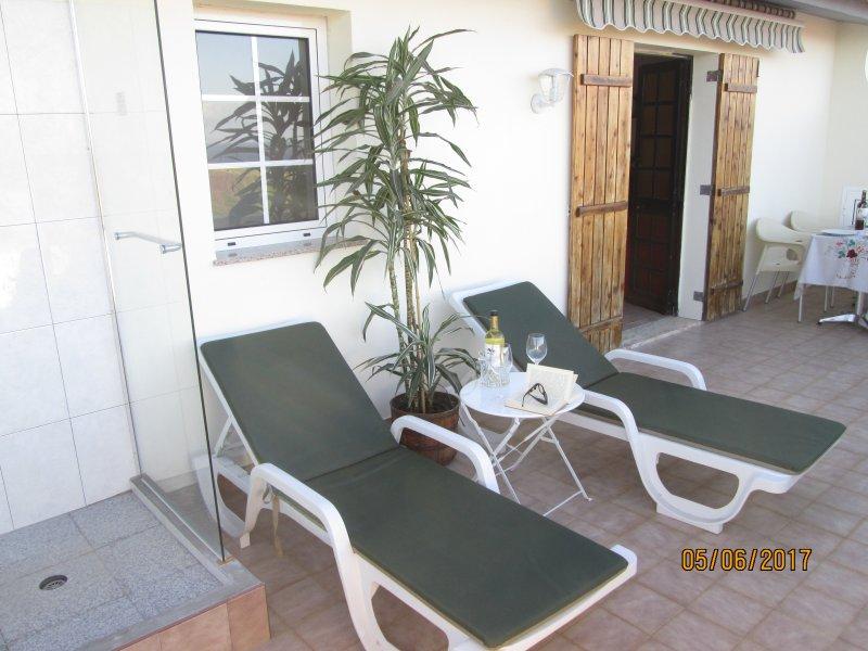 appartement terrasse avec solarium et douche extérieure