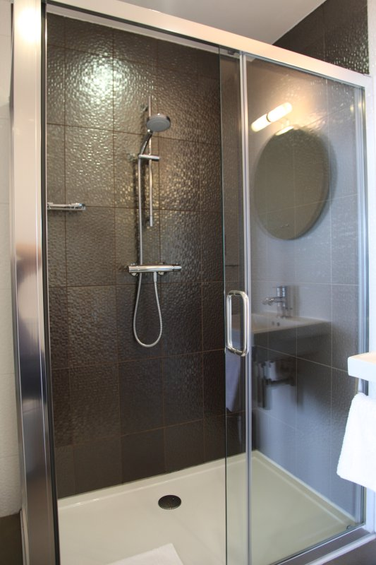The en suite shower room in Seiner bedroom with extra large shower
