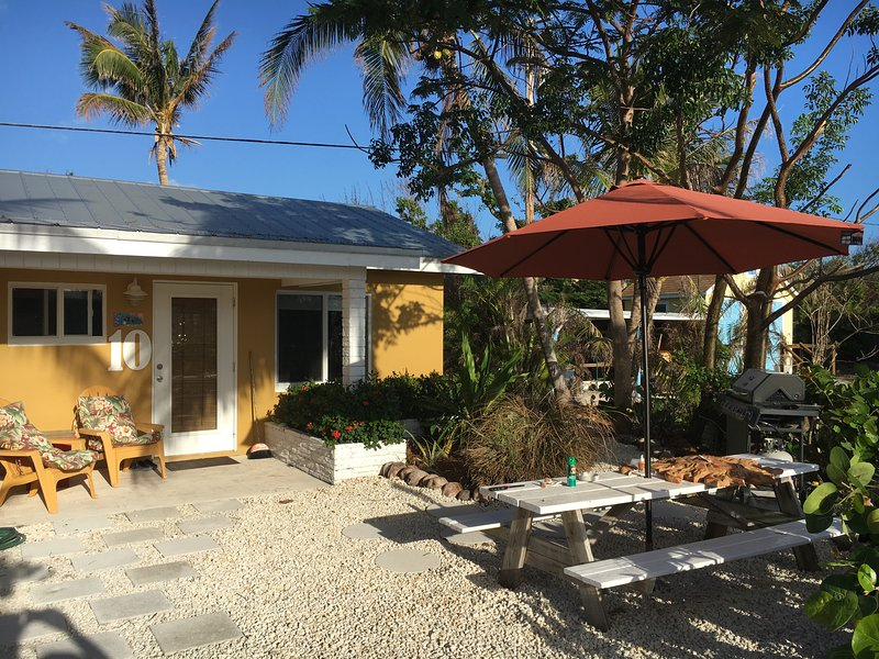 Unit 10, Furnished Studio located 50 yards from ocean, holiday rental in Grassy Key