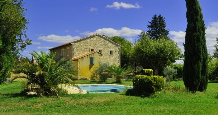 LS7-269 CHINAIO,Typical Provencal Mas with pool, close to the village, in Senas, location de vacances à Eyguières
