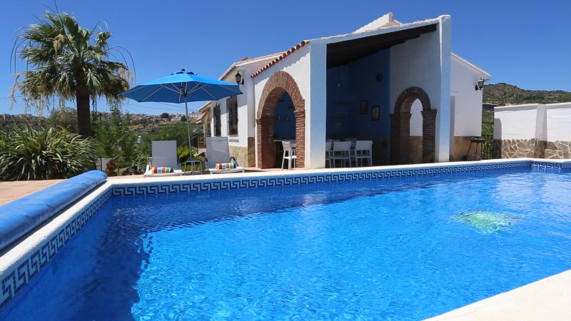 Casa Calida. Villa with private pool and games/cinema room in country location., holiday rental in Alora