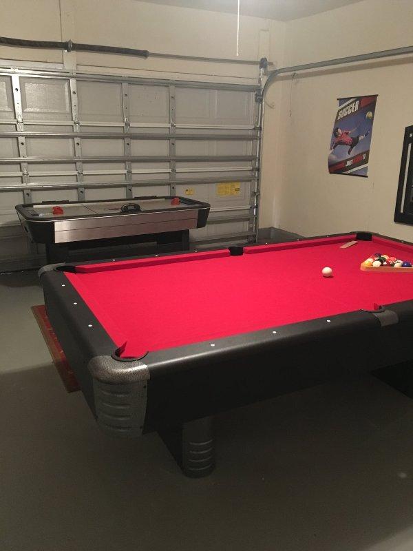 Mesa de bilhar e mesa de air hockey na garagem