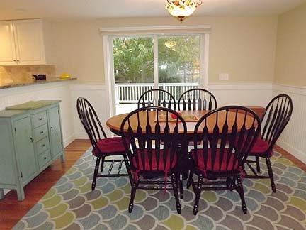 Sala de jantar com porta de correr de vidro para deck