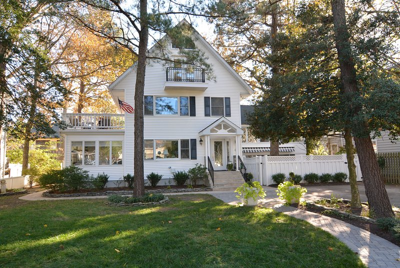 Welcome to New Castle St!  Gorgeous 8 BR 1.5 Blocks to the Beach!