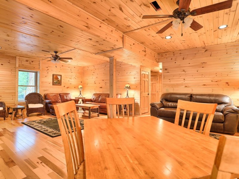 Sugar Maple Chalet.  SPRING-SUMMER RATE 2020! HUGE HOME VR Tour, holiday rental in Saxton
