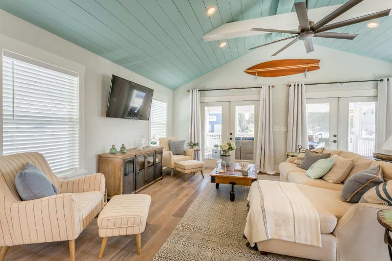 Welcome to Hebron Rd! Featured on HGTV Beach Make Over in. Living Room- French Doors Open to the Screened In Porch