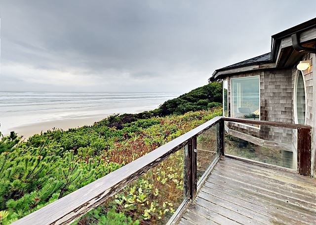 Stunning Oceanfront Home with Fire Pit, Fireplace & Balcony | Steps to Beach, location de vacances à Yachats