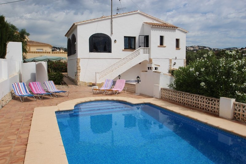 Flandes - traditionally furnished detached villa with peaceful surroundings in B, vacation rental in Benissa