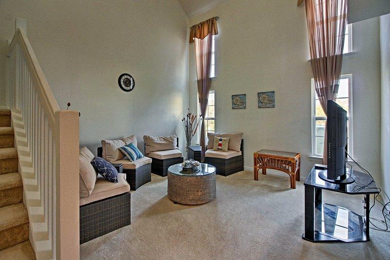 Kick terug op de banken in de woonkamer en een film kijken op de flatscreen-tv met Roku streaming.