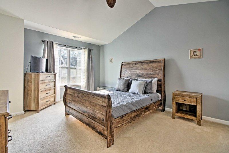 De master bedroom beschikt ook over een queen bed en een flatscreen-tv met Roku streaming.