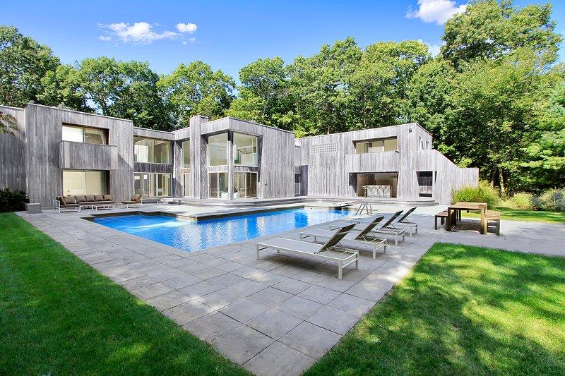 Un exquisito santuario Hamptons espera en este 7 dormitorios, 6,5 baños casa de vacaciones en Sag Harbor.