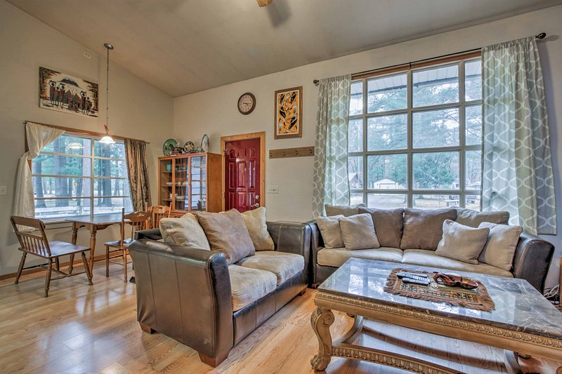 This updated, cabin features comfortable furnishings and African decor.