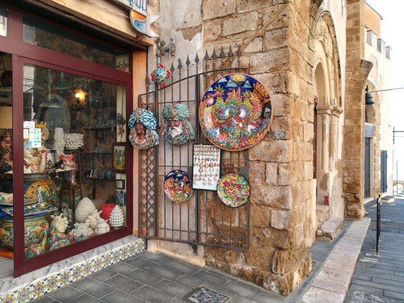 Eén van de vele lokale keramische kunst workshops