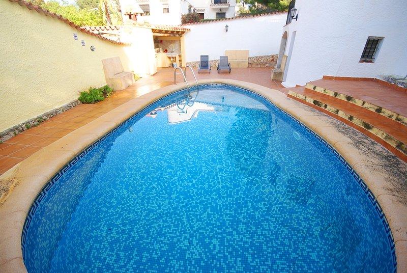 V20. Chalet 2 habitaciones con piscina privada, holiday rental in Denia
