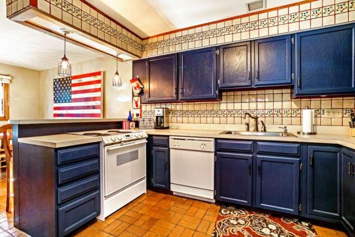 spacieuse cuisine entièrement équipée, beaucoup de place pour plus d'un chef!