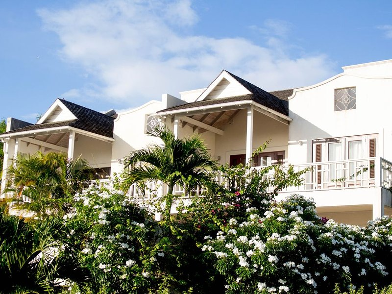 Fairway Crossings- Luxury Townhouse with ocean views, location de vacances à Speightstown