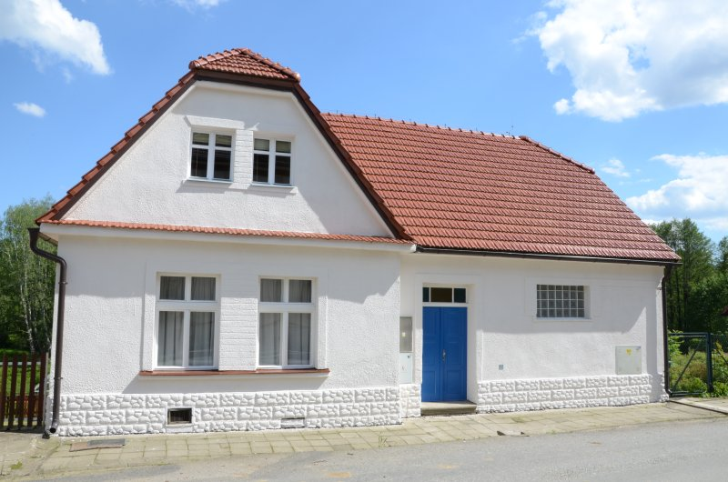 STATION HOUSE - VILLAGE SETTING WITH GOOD LINKS TO PRAGUE VIA LOCAL TRAIN, holiday rental in Tabor