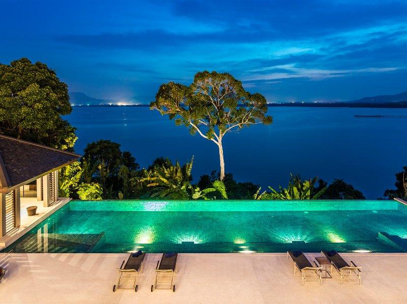 Baan Maprao - Der Pool bei Nacht beleuchtet