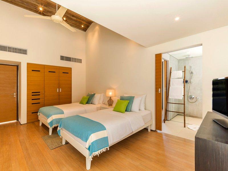 Villa Roxo - Twin bedroom and ensuite