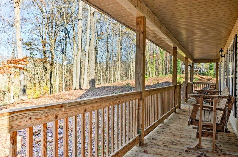 Die expansive Veranda bietet ein großartiger Ort, um auszuspannen, entspannen und mit der Natur zu verbinden.
