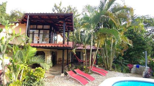 Profitez du balcon couvert à l'étage. Un endroit idéal pour le café du matin ou un verre de vin au coucher du soleil.