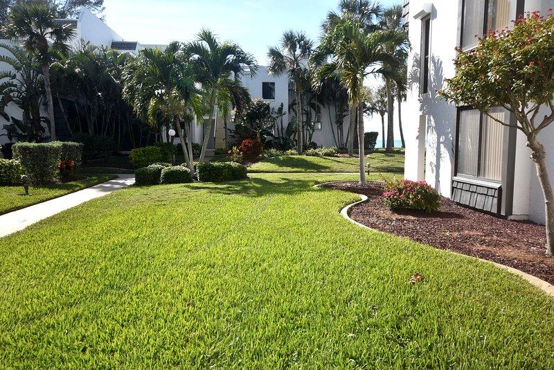 Juste une courte promenade à travers la pelouse bien entretenue dans le Golfe