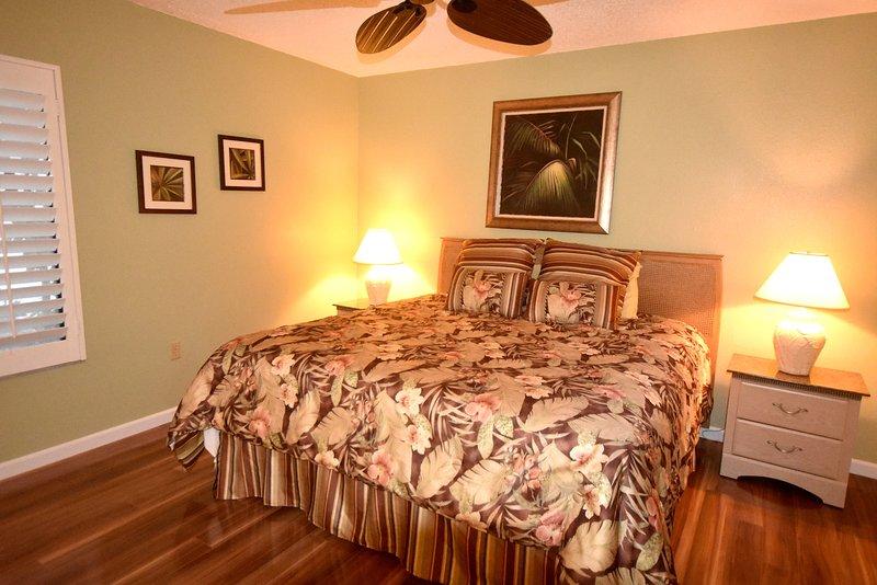 lit king-size dans la chambre principale