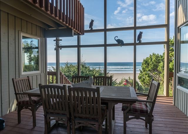 Experience Driftwood Beach Guest House, an oceanfront home in Seal Rock, OR!, alquiler vacacional en Seal Rock