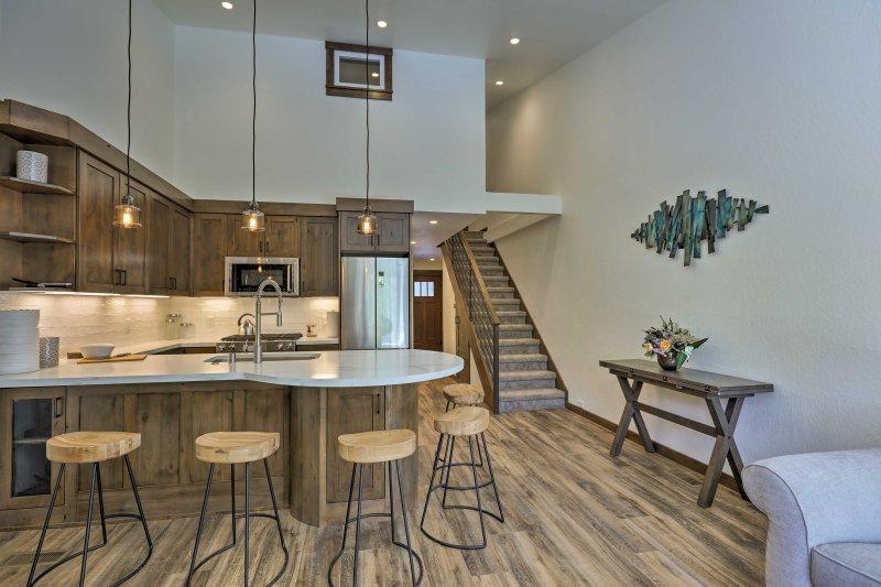Detta ski-in / ski-out lägenhet har övernattning för upp till 7, en gas spis, och två platt-TV Smart TV.