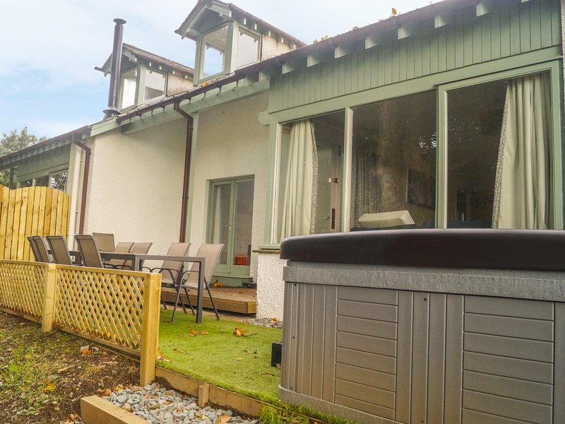 BEECH, wonderful Lakeland cottage, hot tub, en-suites, WiFi, holiday rental in Bowness-on-Windermere