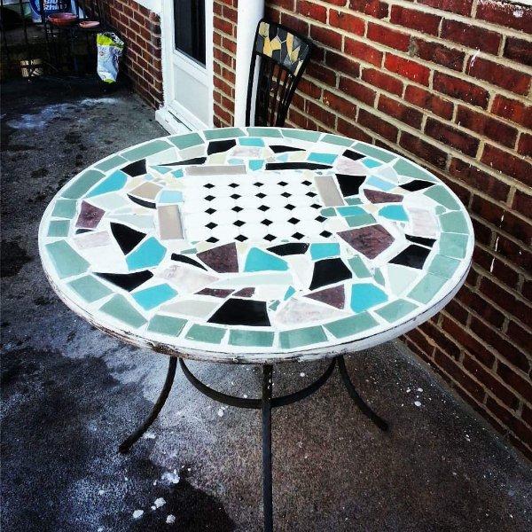 mesa de mosaico no terraço