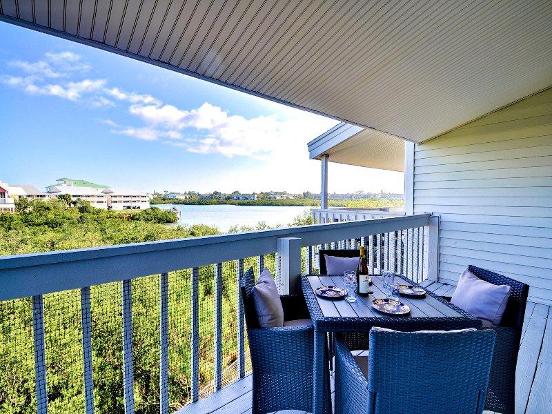Venga a disfrutar de la vista del intercoastal desde el balcón.