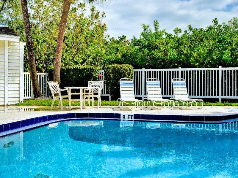 Ven a descansar junto a la piscina.
