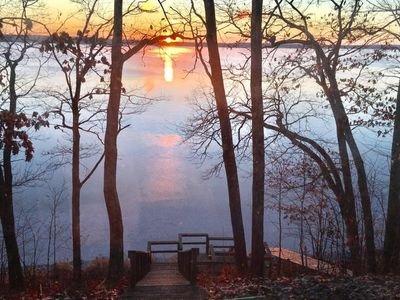 Ver el amanecer sobre Premier 3.254 acres de cristal claro de Round Lake de Hayward de la sala de estar.